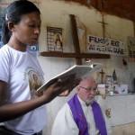 Lettura alla messa nel villaggio di Angical